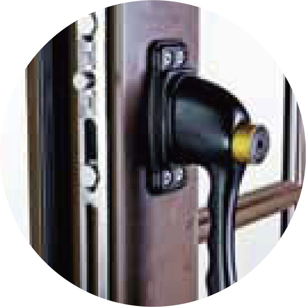 【 推射窗】一體成形把手鎖設計,搭配不鏽鋼 防盜紗窗,兼顧防盜與防墜